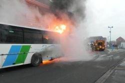 France -Auchel - autobus Artésien brûle sur la place