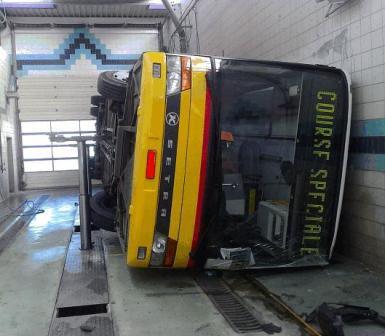 Atelier de réparations - Entretiens d' Autocar - Incident technique lors de l'entretien - L'autocar tombe d'un pont hydraulique.