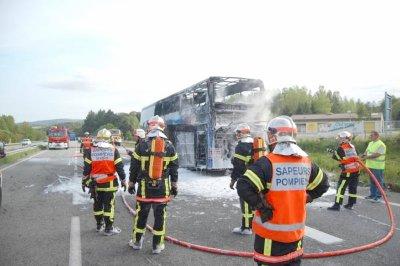 17-05-2010 - Autocar en Feu - Bretagne - Pont-de-Buis  RN165 - France - VanHool - Astromega - Salaün Hollidays - un autocar double étage prend feu en roulant.