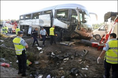 04-08-2009 - France - Les Landes - RN10 - Accident autocar Portugais à Sauvignaq-et-Muret, il culbute suite a la perte de son contrôle