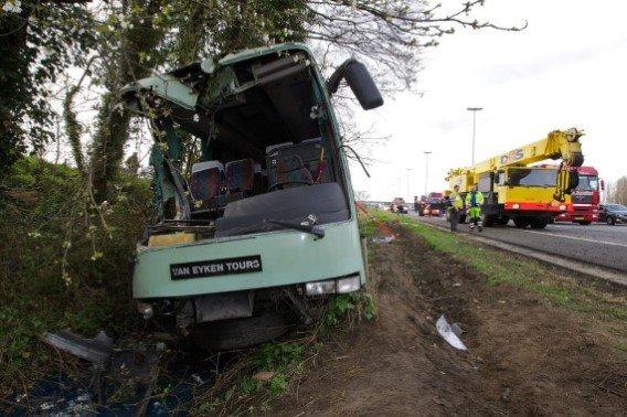 01-04-2011 - Belgique - Un autocar des Voyages Van EykenTours de Tremelo perd le contrôle sur la E40 à Aalter - Flandre orientale - Autocar Accident