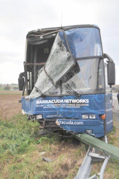 10-10-2011 - Belgique - Frasnes-lez-Anvaing - Hacquegnies - un autocar Britannique quitte l'autoroute A8 à Frasnes-lez-Anvaing ce 10-10-2011