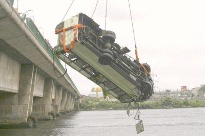 05-08-2011 - Abidjan - Grave Accident d'un Autocar, il tombe du pont - 37 personnes seraient tuées.
