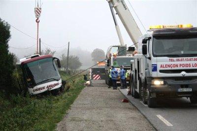 25-11-2011 - France - Alençon - une voiture fonce vers l'autocar - Plan Orsec - 7 blessés - RN12 Mortagne-au-Persche (61)  25/11/2011