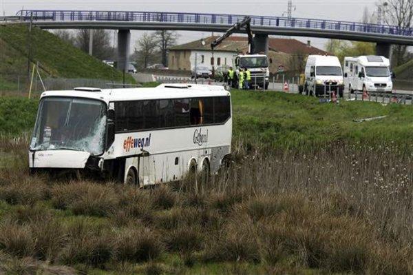 03-04-2010 - France - L' autocar Néerlandais de chez effeweg rate sa sortie d''autoroute A6 à Taponas - 9 Touristes belges blessés.