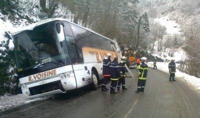 15-02-2012 - Laurens - Gourette - L'autocar des Voyages Roger Voisine qui transportait 26 enfants du Maine et Loire et leurs 8 accompagnateurs, a cogné la paroi rocheuse avec le toit et est resté bloqué dans le fossé entre Laruns et Gourette