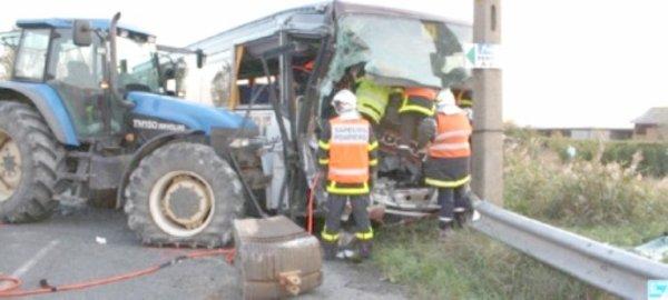 21-10-2009 - Calais - Saint Omer - accident - Un tracteur écrase l' Autocar contre le rail de sécurité - 3 blessés -