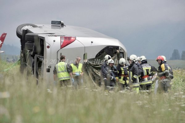 13-06-2010 - Suisse - Allemagne - Reckingen - Un autocar allemand se couche sur l' A9 en Suisse - 2 personnes décédées.