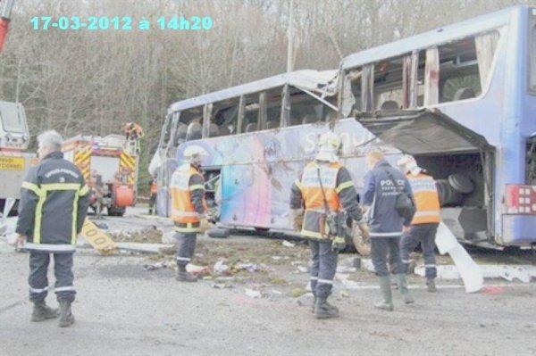 17-03-2012 vers 14h20  - Un autocar de - Salaün Holiday  - culbute et se renverse à Quimper après avoir accroché un véhicule  - 4 blessés graves dont un enfant.