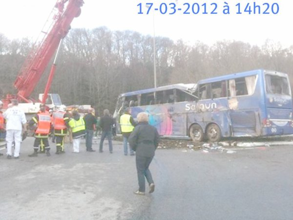 17-03-2012 - Accident d'un autocar à Quimper - L'autocar VanHool Royal class de chez Salaün Holliday.