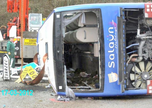 17-03-2012 - Autocar accident à Quimper - Un car VanHool de chez Salaün se renverse dans un rond point - Désincarcération de plusieurs personnes dont un enfant - 17-03-2012.