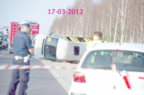 17-03-2012 - Pologne - un autocar scolaire se retourne dans un carrefour - sur la route - 16 blessés. 17-03-2012