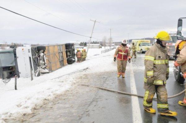 03-03-2012 - Montréal - Un autocar se couche et sort de la route - deux personnes décédées  - Route Plessisville à Saint-Ferdibnand   - 03-03-2012.