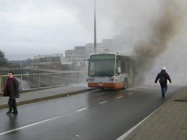 Un bus des TEC  prend feu - Les secours et pompiers sur place pour éteindre l'incendie, gros dégats matériel.
