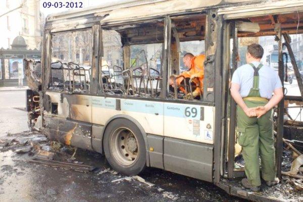 09-03-2012 - Paris: Un Bus de la RATP s'arrête à l'arrêt pour charger les voyageurs, il est ravagé par les flammes,