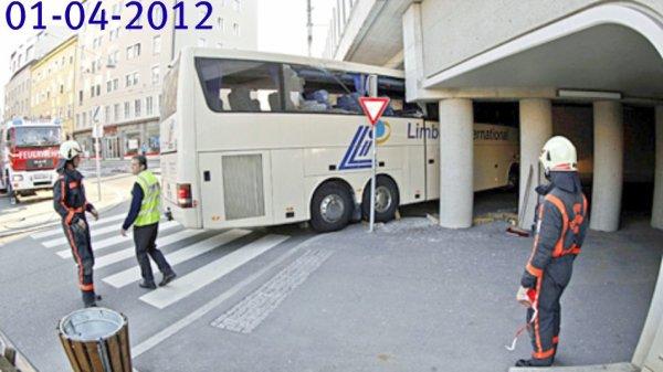 """01-04-2012 - Belgique - Autriche - Un autocar Belge de Neerpelt ( Flandres) transportant des élèves de l' Athénée """"Het Spoor"""" de Mol, accidenté dans un Pont à Salzbourg (Autriche)  2 blessés. FBAA - en Autriche"""