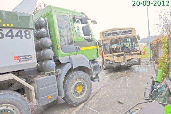 20-03-2012 - Suisse - Zollikon (ZH) -  Accident entre un autobus qui n'a pu négocier son tournant et est entré en collision avec un camion - les 2 chauffeurs blessés .