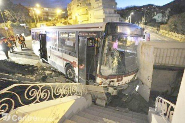 20-02-2012 - France - Chamalières - Spectaculaire accident de bus lundi soir à Chamalières