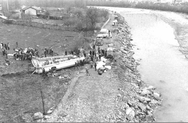 02-04-1975 - Isères -  Autocar Français - 29 personnes de Sully-sur-Loire dans le Loiret trouvent la mort dans le ravin - Route Napoléon RN 85 - Vizille en Isères.