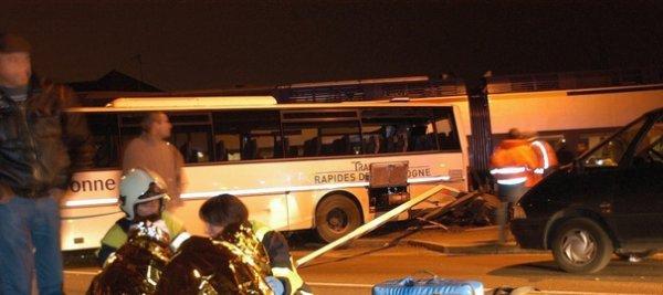 14-12-2010 - France Yonne - Un autocar de la Société Rapides de Bourgogne franchi le passage à niveau ferrovière lorsque le train arrive dans l' YONNE  - 1 adolescente 15 ans grièvement blessées et 18 jeunes blessés.