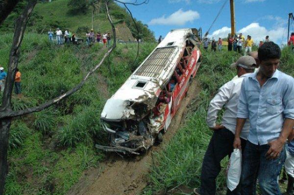 2010-12-25 - Amérique Latine - Equateur - Un accident d'autocar fait 40 morts en Equateur -Manabi - Surchargé, il tombe dans un ravin de 350m.