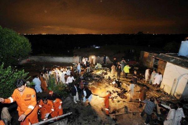 20-04-2012 - Accident d' Avion - Un Boeing 737 200  (30 ans) de la Compagnie Bhoja Air s'écrase et explose dans un champ a son attérissage - 127 Victimes