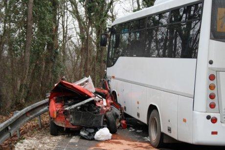 2012-01-27 - France - Un car scolaire fait une embardée et percute une voiture - 1 blessé grave