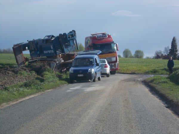25-04-2012 - Velaines - Un transport exceptionnel en difficulté entre Velaines et Popuelles. Le tournant très court l'a fait versé au fossé.