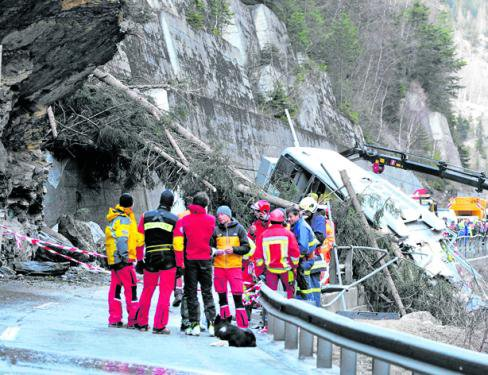 30-03-2012 - Suisse - Le chauffeur d'un autocar allemand meurt suite à un glissement de terrain.