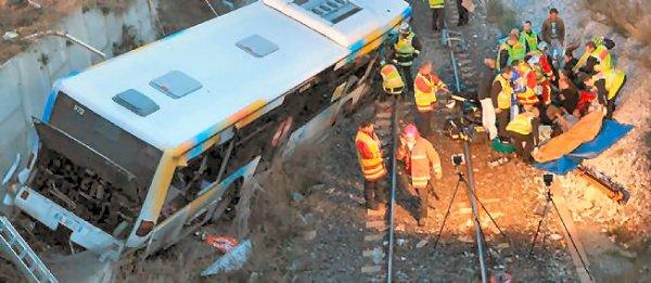 15-04-2012 - France - Marseille - Le Bus sort de la route et se retrouve 10m en contrebas ( Port de Marseille) sur la voie ferrée.