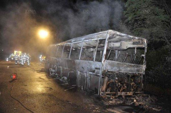 12-06-2012 - L'autocar prend feu à Leutenheim sur l' aut A35 sens Lanterbourg Strasbourg - les passagers secourus à temps -