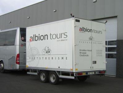 28-07-2012 - Belgique - Aalter 9880 - Autoroute E40 - sens Bruges Bruxelles - Un car Albion Tours de Zeebrugge 8380 - quitte la route et se couche dans le fossé.