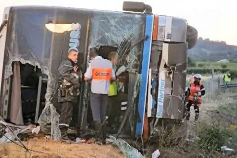 11-07-2005 - France - Un autocar Belge de Solmar Tours - Bus Partner quitte l' autoroute A9 et se retourne - 2 morts dont un enfant de 12 ans .