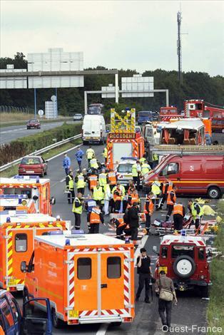 23-08-2008 - France - Marseille - Un autocar de supporter de l' OM sort de l'autoroute A6 à Saint-Germain-Ecole (Seine et Marne) et s'écrase dans le pilier du pont - 2 morts