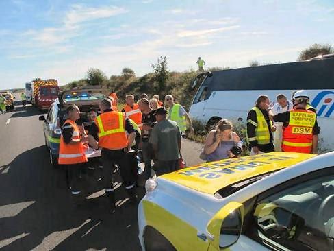 17-08-2012 - France - Un autocar de Simon à Diekirch ( Lux.) quitte l'autoroute A10 à Mer (Loir-et-Cher) et se couche dans le fossé - 24 blessés - 2 blessés graves.