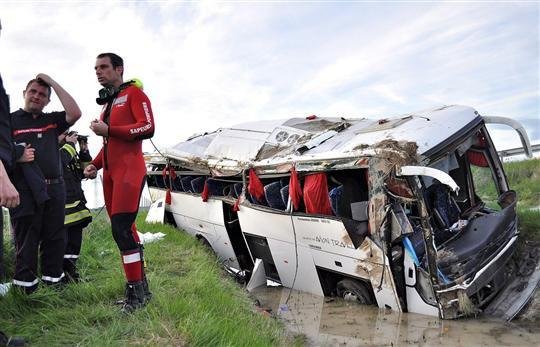 11-05-2012 - France - Un autocar Italien de Chiccarelli di Enzo fait plusieurs tonneaux sur l' aut A77 à Saint-Hilaire-sur-Puiseaux près de Montargis - Loiret - Un mort, plusieurs blessés dont quatre graves.