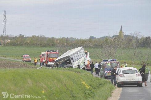 France - Un autobus verse au fossé à Chaptuzat (Puy-de-Dôme). 11 blessés.