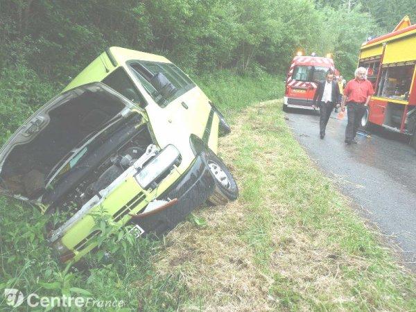 07-06-2012 - France - Auvergne - Le mini bus quitte la route et verse dans le fossé, 6 blessés