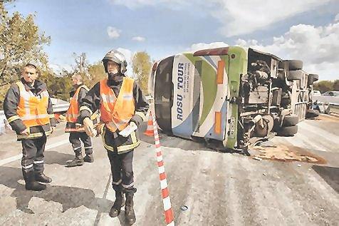 02-09-2012 - France - Un Autocar Irizar Roumain sort de l' A8 à Vidauban (Var) en traversant le terre plein central et se retourne sur l'autre bande de circulation de l'autoroute.
