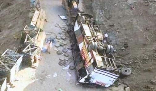 04-09-2012 - Maroc - Un autocar tombe près de 150m plus bas dans un ravin. 42 morts. Une Touriste Française parmi les victimes - La Surcharge et la Vestuité du car sont pointés du doigt.