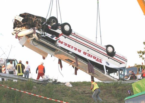 18-06-2007 - Allemagne - Un autocar Allemand de chez Strier Reisen à Steinfurt percuté par un autre véhicule sur l' autoroute A14 à Hopsten - 13 morts et 30 blessés