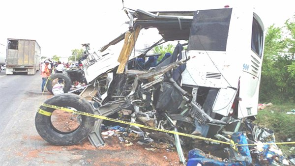20-04-2012 - Mexique - Accident d'un autocar avec un camion 43 morts -