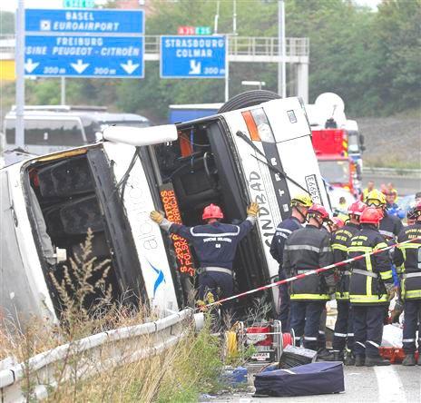 11-09-2012 - France - Mulhouse - Un autocar Polonais de chez Albatros s'engage trop tard (Sausheim - Mulhouse . Haut-Rhin ) sur la bretelle d'autoroute et se retourne - 2 morts et 13 blessés graves.