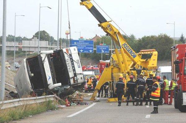 11-09-2012 - Mulhouse : le chauffeur du car mis en examen - Un autocar Polonais de chez Albatros - Sindbad s'engage trop tard sur la bretelle de sortie à Sausheim (Mulhouse ) Haut-Rhin et se retourne - 2 morts et 13 blessés graves.