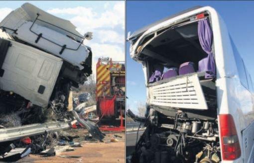 05-03-2009 - France - Pyrénées Oriental - l'autocar happé par un camion Espagnol conduit par un chauffeur Polonais sur l' autoroute A9 à Pollestres - Une jeune étudiante Bordelaise de 19 ans tuée dans l'accident - Prison requise pour les chauffeurs, de l'autocar et du camion.