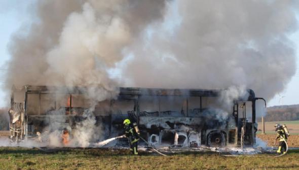 22-03-2012 - France - Pas de Calais - L'autocar s'embrase entre Ardres et Guînes - Nicole Guibon a eu les bons réflexes pour mettre en sécurité les 25 enfants - aucun blessé!