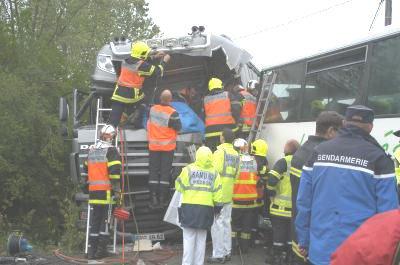 31-05-2010 - France - Accident entre un autocar et un camion à Robecq - les deux chauffeurs gravement blessés.