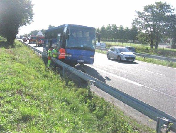 18-08-2012 - France - Morbihan - Un autocar Belge perd ses roues jumelées en roulant sur la route RN 165