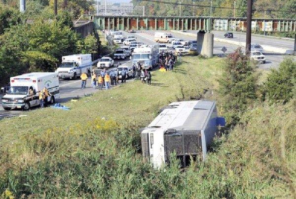 06-10-2012 -  Canada - Un autocar en provenance de Toronto transportant 57 passagers est sorti de la route tôt samedi matin, dans le nord du New Jersey, aux États-Unis - blessés -