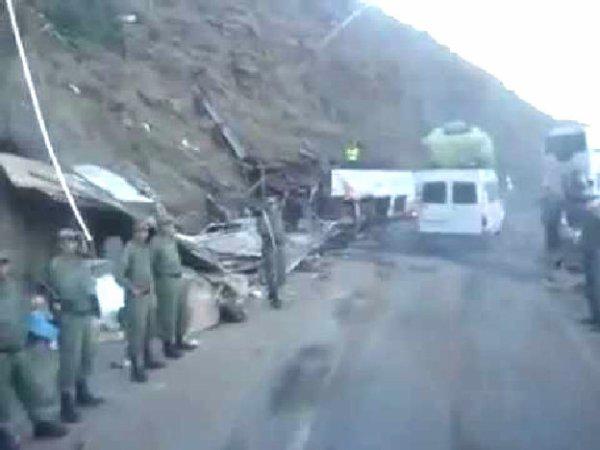 04-09-2012 - Maroc - Grave accident d'un autocar - 42 morts. L'autocar est tombé dans un ravin de 150m. au sud de Marrakech  - Vestuité de l'autocar et Surcharge des passagers mis en cause.